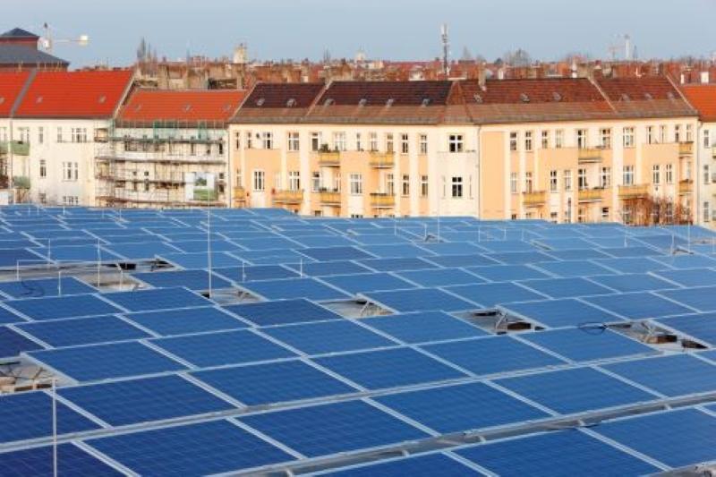 Blick auf ein Solardach und über Dächer in Berlin