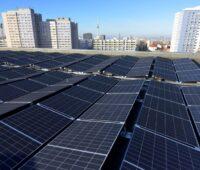 """Photovoltaik für """"neues deutschland"""" - Blick über ein PV-Dach in Berlin"""
