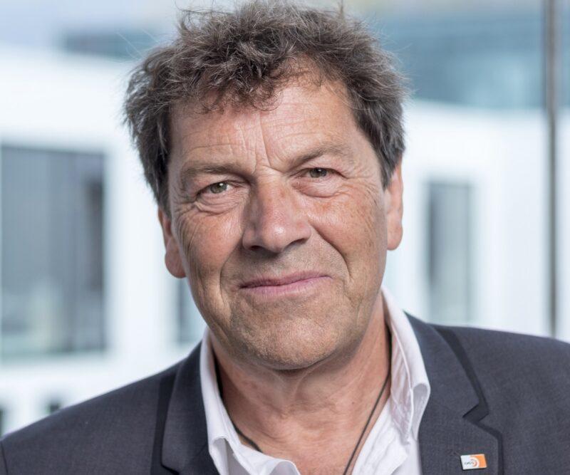 Zu sehen ist DGS-Präsident Bernhard Weyres-Borchert, der Kooperation auf dem Gebiet der Stecker-Photovoltaik-Geräte begrüßt.