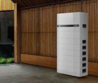 Ein Stapel aus weißen Blöcken vor einer Holzwand - der neue Solar-Batterie-Speicher von M-Tec ist besonders kompakt