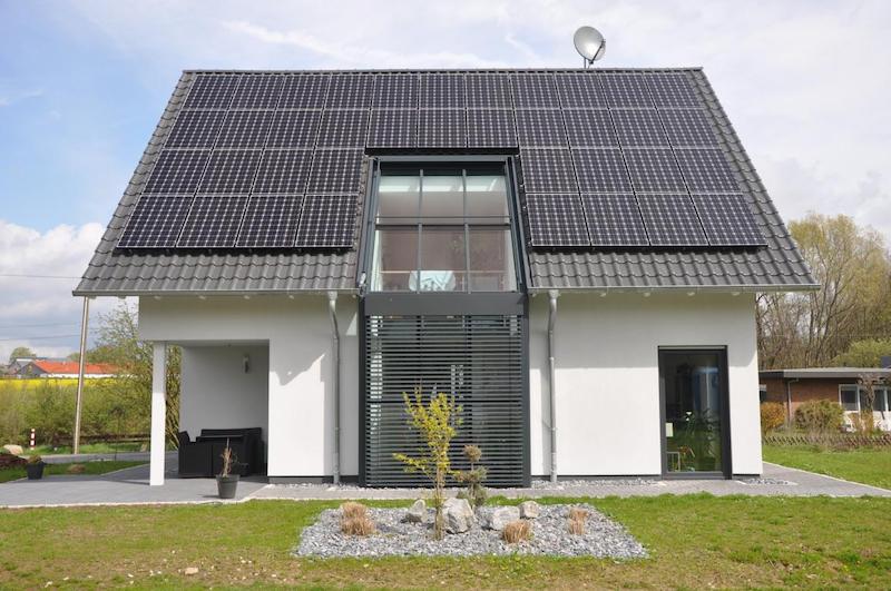 Haus mit Photovoltaik-Modulen auf dem Dach