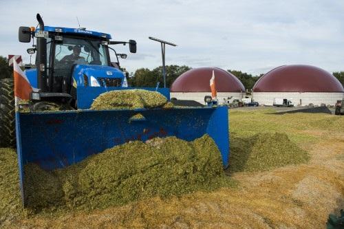 Zu sehen ist ein Traktor vor einer Biogasanlage.Die Ausschreibungsrunde für Biomasse ist unterzeichnet.