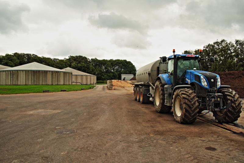 Ein Betrieb mit Traktor und Biogasfermentern