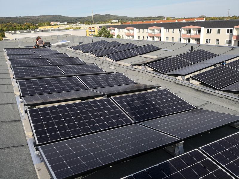 Ein Flachdach mit Solarmodulen.