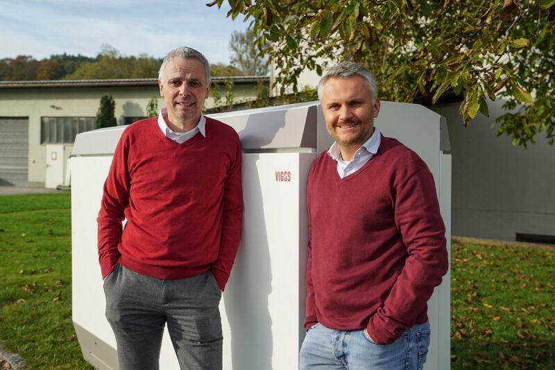 Zu sehen sind die BlueSky Energy Geschäftsführer Helmut Mayer und Thomas Krausse mit dem Outdoor-Stromspeicher.