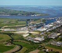 Luftbild von Bremerhaven mit Wesermündung und eine rgroßen Windenergieanlage