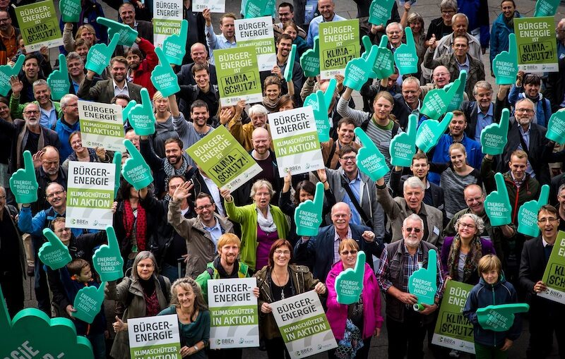 Gruppe des Bündnisses Bürgerenergie mit Plakaten zu Bürgerenergie und Klimaschutz