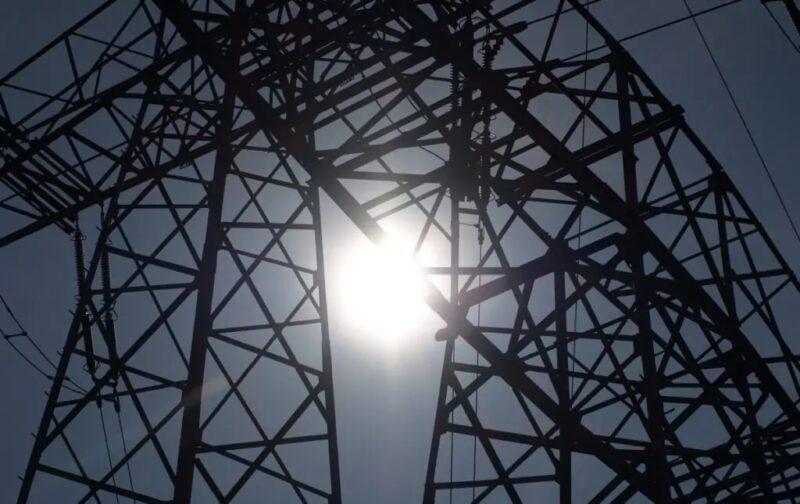 Zu sehen ist ein Strommast als symbolische Darstellung für die Regelungen zum Redispatch 2.0.