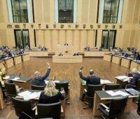 Plenarsaal des Bundesrates mit Vertreter*innen der Länder an ihren Tischen, im Hintergrund das Präsidium.