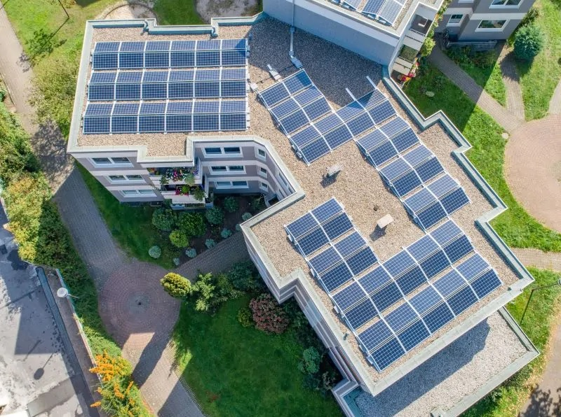 Zu sehen ist ein Gebäude mit Photovoltaik-Mieterstrom. Solche Projekte hat der Bundestag nun erleichtert.