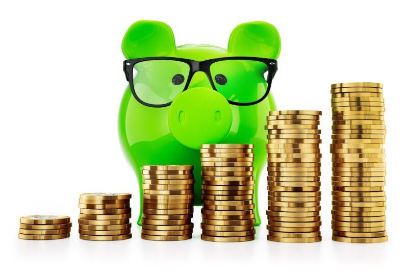 Zu sehen ist ein grünes Sparschwein mit Münzen als Symbol für Green Bonds.