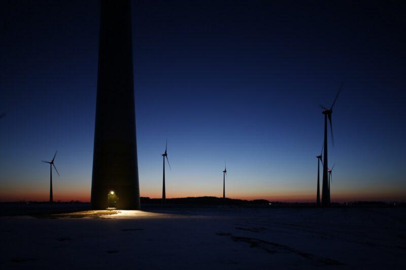 Zu sehen ist ein Windpark in der Nacht. Denn der Windkraft an Land gehen in Deutschland immer mehr die Lichter aus.