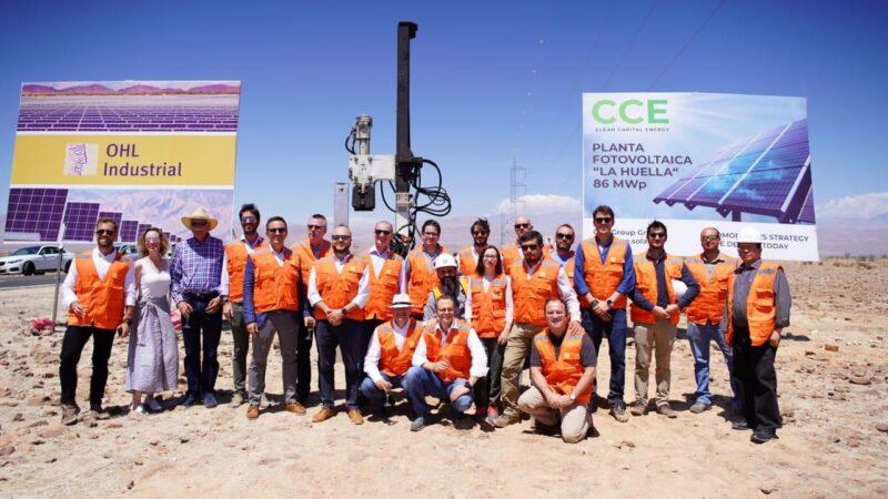 Gruppenbild bei der Grundsteinlegung vom Photovoltaik-Solarpark La Huella.