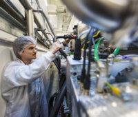 Forscher mit Schutzkleidung an CIGS-Beschichtungsanlage