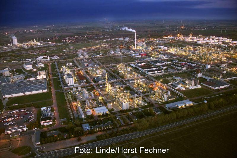 Nachtaufnahme des Chemie- und Raddineriekomplexes Leuna.