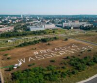 Luftbild mit dem Schriftzug Reday4Wasserstoff auf einem Feld