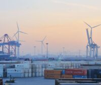 Der Hamburger Containerhafen mit Windkraftanlagen.