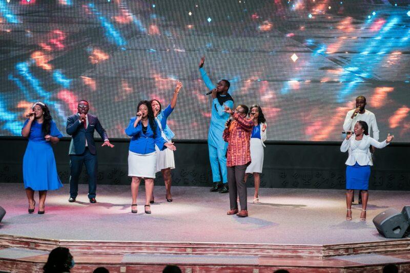 Zu sehen ist ein Chor, der bald von der Photovoltaik-Leistung für den Christ Temple in Ghana profitieren wird.