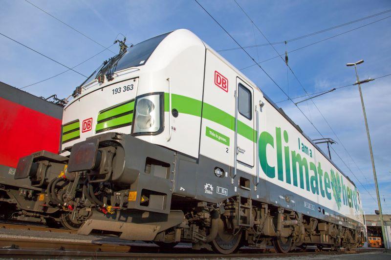 Eine Lok der Bahn mit Ökoaufschrift.