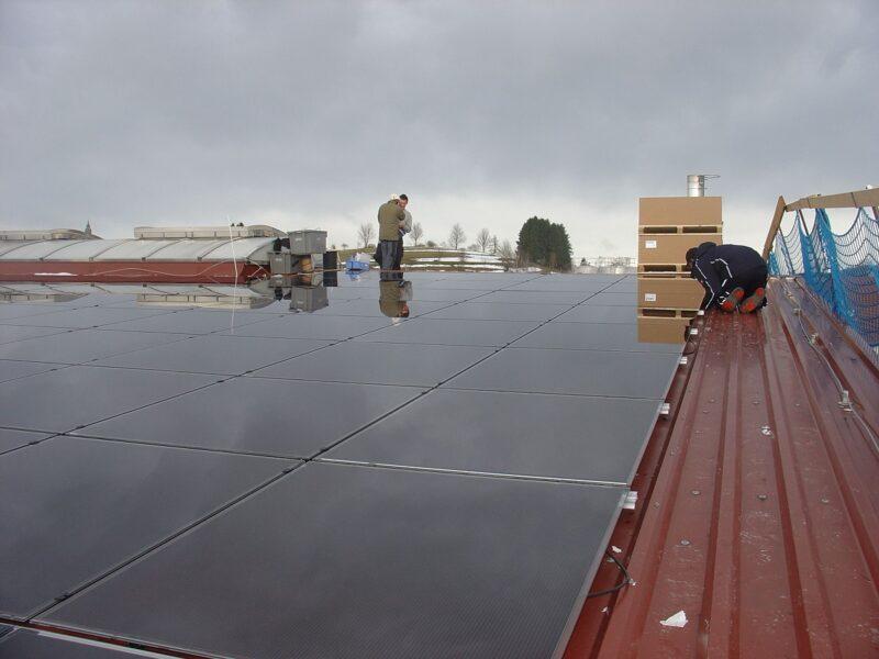 Zu sehen ist eine PV-Anlage auf dem dach eines landwirtschaftlichen Betriebes. Was tun nach Ende der EEG-Förderung?