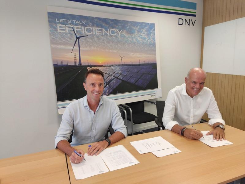 Zu sehen ist die Unterzeichnung der Übernahme von Antuko durch DNV.