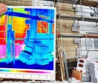 Zu sehen ist eine halb fertige Gebäudedämmung und eine Wärmebildaufnahme, die zeigt, dass die Dämmung wirkt als Symbol für den Gebäudeeffizienzerlass der Bundesregierung.