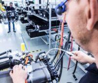 Ein Techniker prüft in der Montagehalle von Daimler eine Brennstoffzellen-Einheit.