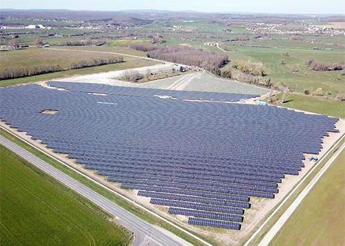 Zu sehen ist der Photovoltaik-Solarpark der Energiequelle im französischen Decize.