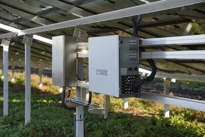 Zu sehen ist ein im Photovoltaik-Solarpark Schornhof verbauter Stringwechselrichter.