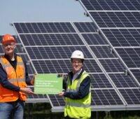 Zu sehen ist der Photovoltaik-Solarpark Gaarz bei Plau am See, der bis 2051 Ökostrom an die Deutsche Bahn liefert und dazu beiträgt, dass das Unternehmen klimaneutral wird.