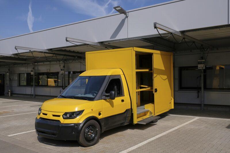 Zu sehen ist ein Elektro-Zustellfahrzeug der Post. Diese investiert auch in klimaneutrale Neubauten.