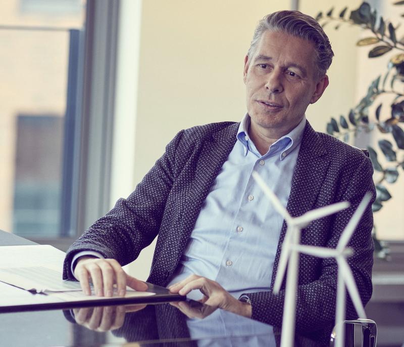 Der Encavis-DEO Dierk Paskert sitzt an seinem Büroschreibtisch.