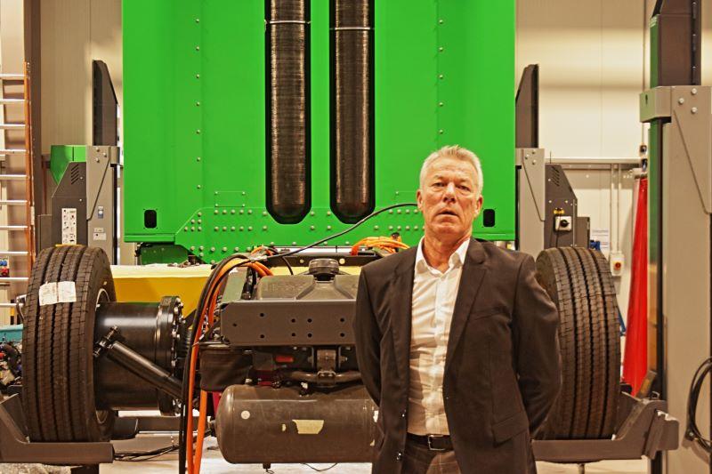 Der Clean-Logistic-CEO Dirk Graszt vor einer Brennstoffzellen-Zugmaschine.
