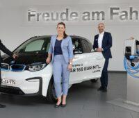 Zu sehen sind Vertreter von BMW Kassel und den Städtischen Werken anlässlich der Partnerschaftsvereinbarung beim E-Mobil-Starterkit.
