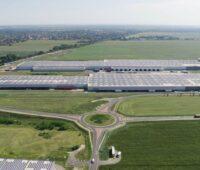 Luftbild eines Gewerbestandortes mit Dächern voller PV-Modulen.