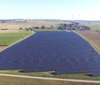 Zu sehen ist der Photovoltaik-Solarpark in Berching aus der Luft.