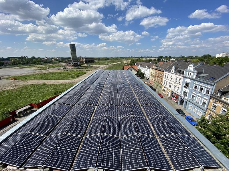Zu sehen ist die PV-Anlage auf dem Dach des Hochbunkers. Sie ist zentraler Teil vom Energiekonzept mit Photovoltaik, Speicher und BHKW.