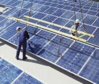 Zu sehen ist ein gewerbliches Solardach. Für dieses Marktsegment könnte der Entwurf des EEG 2021 Verschlechterungen bringen.