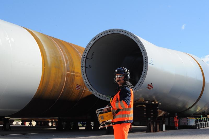 Blick in ein die Stahlröhre eines Offshore-Windkraft-Fundaments