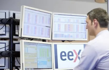 ZU sehen ist ein Händelr an der Strombörse EEX. Diese hat erstmals einen unabhängigen Photovoltaik-Stromerzeuger zugelassen.