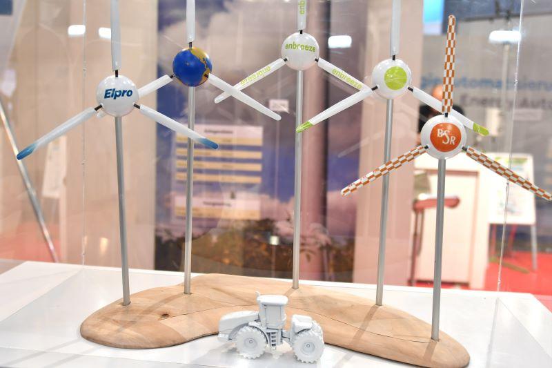 Auf einem Tisch stehen kleine Modelle von Kleinwindkraftanlagen.
