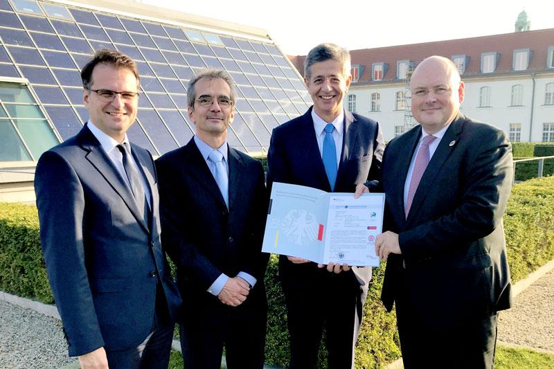Übergabe des Zertifikates für ein Smart Meter Gateway durch das BSI an EMH