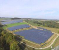 Zu sehen ist ein bereits bestehender Photovoltaik-Solarpark von E.ON, der in Weidenwang ist der zweite im der Gemeinde Berching.