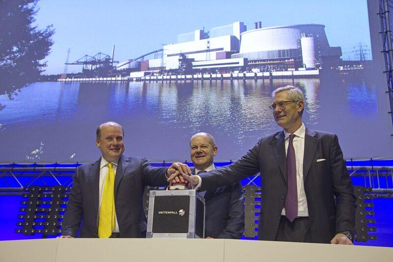 Zu sehen ist die Einweihung eines Kohlekraftwerks, wie es bei einer Stromlücke im Jahr 2022 nicht abgeschaltet werden könnte.
