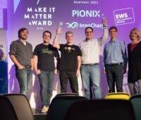 Zu sehen sind die Preisträger vom diesjährigen MakeItMatter-Award für Startups, die die dezentrale Energiewende mit innovativen Ideen und Gemeinsinn voranbringen mit Vertreter:innen der Elektrizitätswerke Schönau (EWS).