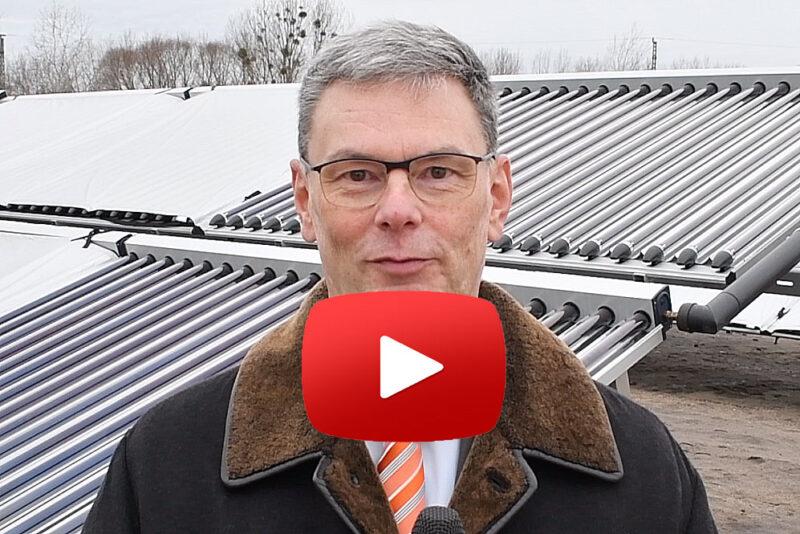 Eckard Veil, Gf. der Stadtwerke Potsdam, der die solare Fernwärme erklärt