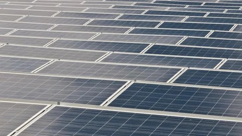 Zu sehen sind Photovoltaik-Module, für die das Recycling-Verfahren irgendwann einmal relevant werden könnte.