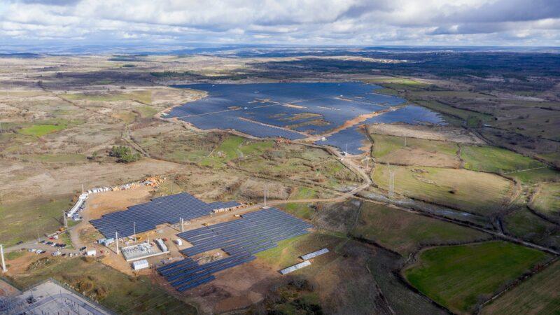 Zu sehen ist eine Luftaufnahme vom Photovoltaik-Solarpark Mogadouro.