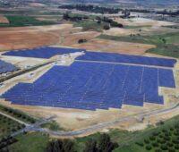 Eine Luftaufnehme eines Solarparls in einer trockenen, flachen Landschaft in Südspanien
