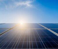 Zu sehen ist ein Sonnenaufgang über der PV-Anlage. Die Einigung beim EEG 2021 verspricht sonnige Zeiten.